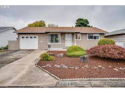 Woodburn Single Family Home For Sale: 2189 Country Club Ter