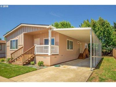 Roseburg Single Family Home For Sale: 145 Owyhee Ln #58