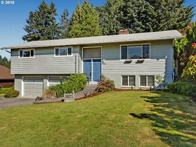 Milwaukie Single Family Home For Sale: 4425 SE Old Orchard Ct