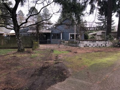 Milwaukie Single Family Home For Sale: 9950 SE Laura Ave