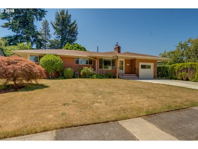 Milwaukie, Gladstone Single Family Home For Sale: 1530 Windsor Dr