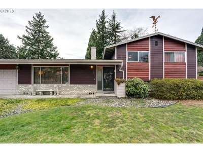 Portland Single Family Home For Sale: 3521 SE 165th Ave