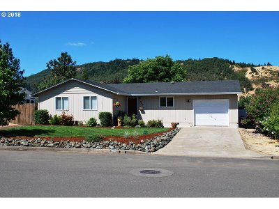 Roseburg Single Family Home For Sale: 490 Char St