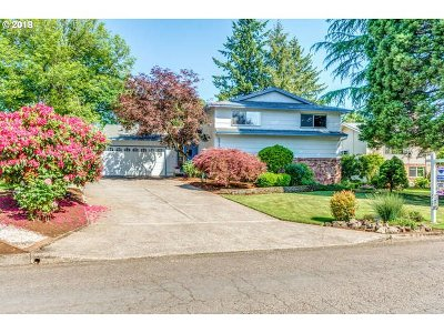 Milwaukie Single Family Home For Sale: 5616 SE Hillwood Cir