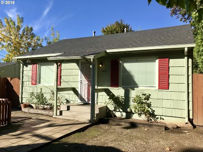 Milwaukie Single Family Home For Sale: 2425 SE Maple St
