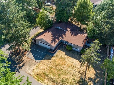 Roseburg Single Family Home For Sale: 462 W Myrtlewood Ct