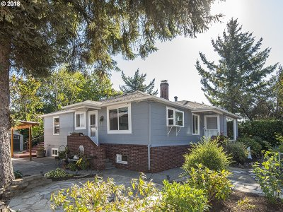 Milwaukie Single Family Home For Sale: 9602 SE 80th Ave