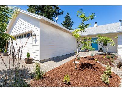 Portland Single Family Home For Sale: 12139 SE Flavel St