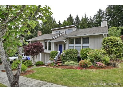 Gresham Single Family Home For Sale: 2208 SE Meadow Ct