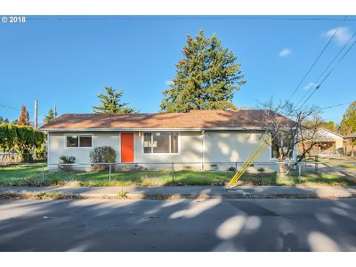 Single Family Home For Sale: 8007 SE Henry St