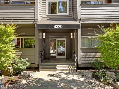 Condo/Townhouse For Sale: 4320 SW Corbett Ave #210