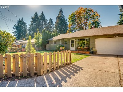 Milwaukie Single Family Home For Sale: 11013 SE 52nd Ave
