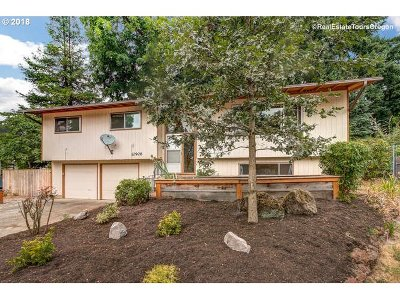 Milwaukie Single Family Home For Sale: 10906 SE 54th Pl