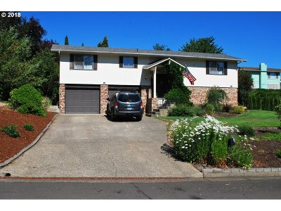 Roseburg Single Family Home For Sale: 2235 NW Luth St