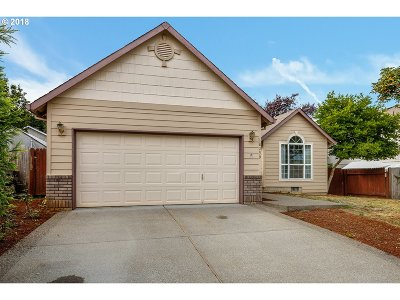 Clackamas County Single Family Home For Sale: 18299 Grey Ave