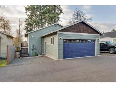 Clackamas County Single Family Home For Sale: 852 SE 4th Ave