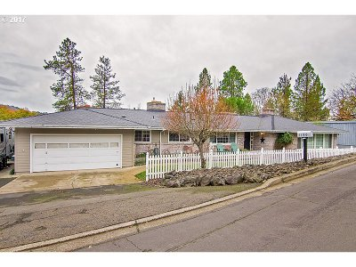 Roseburg Single Family Home For Sale: 1190 SE Azalea St