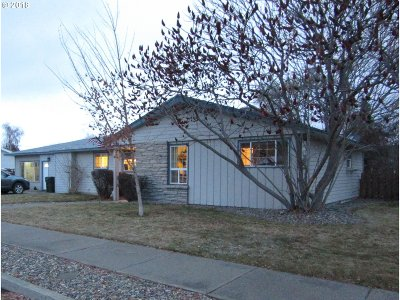 Single Family Home For Sale: 890 Park St