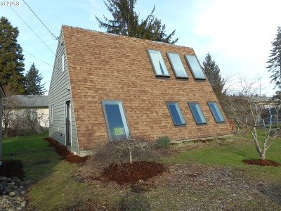 Portland Single Family Home For Sale: 11827 SE Pardee St
