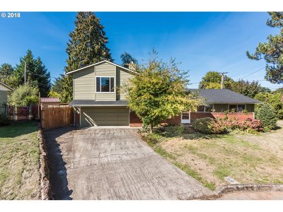 Milwaukie Single Family Home For Sale: 4906 SE Leone Ln
