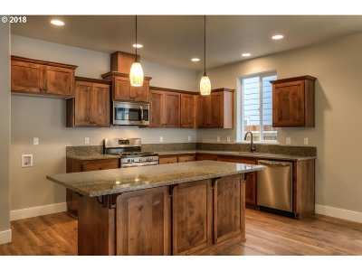 Springfield Single Family Home For Sale: 897 S 72nd