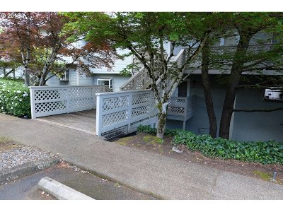 Lake Oswego Condo/Townhouse For Sale: 3433 McNary Pkwy #303