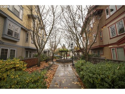 Condo/Townhouse For Sale: 9817 NE Irving St #210