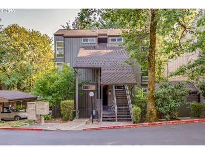 Lake Oswego Condo/Townhouse For Sale: 100 Kerr Pkwy #31