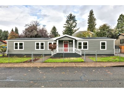 Estacada Single Family Home For Sale: 365 SW Lakeshore Dr