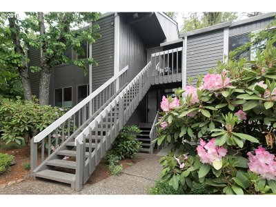 Lake Oswego Condo/Townhouse For Sale: 44 Eagle Crest Dr #1