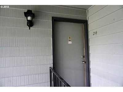 Lincoln City Condo/Townhouse For Sale: 4229 SW Beach Ave #24