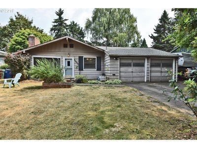 Milwaukie Single Family Home For Sale: 11006 SE 52nd Ave