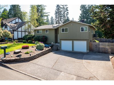 Milwaukie Single Family Home For Sale: 13685 SE Briarfield Ct