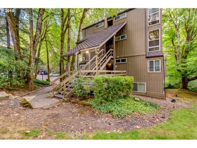 Lake Oswego Condo/Townhouse For Sale: 100 Kerr Pkwy #19