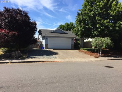 Molalla Single Family Home For Sale: 800 Meadowlawn Pl