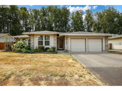 Single Family Home For Sale: 824 NE Meadow Dr