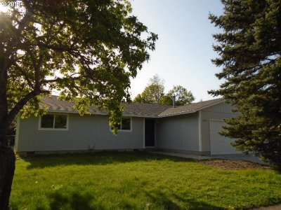 Single Family Home For Sale: 2355 NE Maple Ct