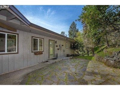 Roseburg Single Family Home For Sale: 628 SE Fisher Dr