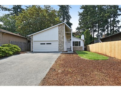 Milwaukie Single Family Home For Sale: 6808 SE Overland St