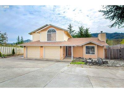 Roseburg Single Family Home For Sale: 2057 SE Lois St