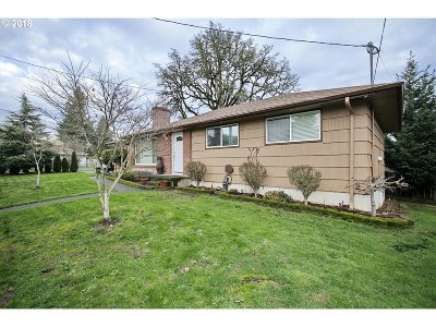 Milwaukie Single Family Home For Sale: 13224 SE Oatfield Rd
