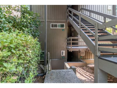 Lake Oswego Condo/Townhouse For Sale: 100 Kerr Pkwy #47