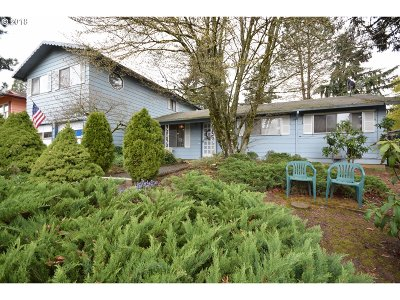 Milwaukie Single Family Home For Sale: 12212 SE 70th Ave