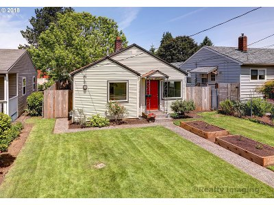 Portland Single Family Home For Sale: 6921 SE Gladstone St