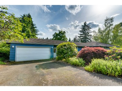 Milwaukie Single Family Home For Sale: 3800 SE Licyntra Ln