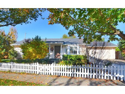 Springfield Single Family Home For Sale: 3452 Douglas Dr