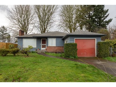 Milwaukie, Gladstone Single Family Home For Sale: 1520 Manor Dr