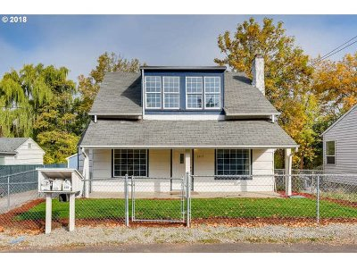 Clackamas County Single Family Home For Sale: 6415 SE May St