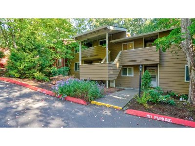 Wilsonville Condo/Townhouse For Sale: 29720 SW Courtside Dr #52