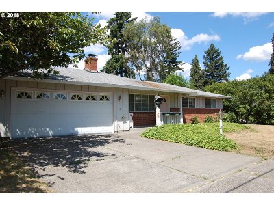 Milwaukie Single Family Home For Sale: 8417 SE Clackamas Rd